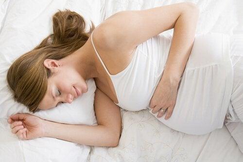 Gravid kvinde hviler sig