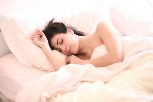 kvinde sover i en seng