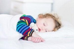 et barn sover sødt