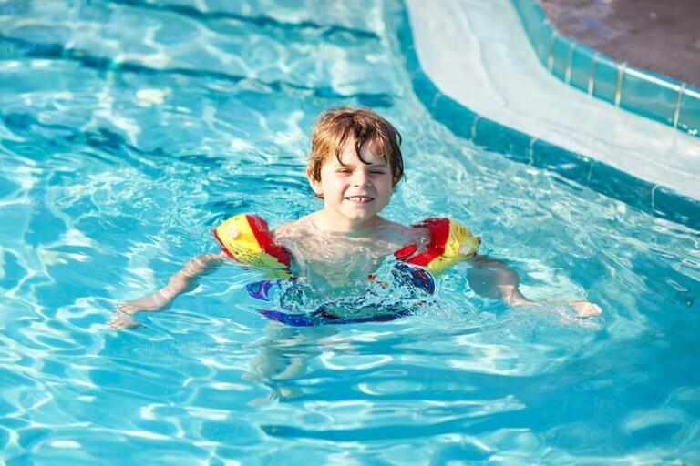 7 tips der kan lære dit barn at svømme