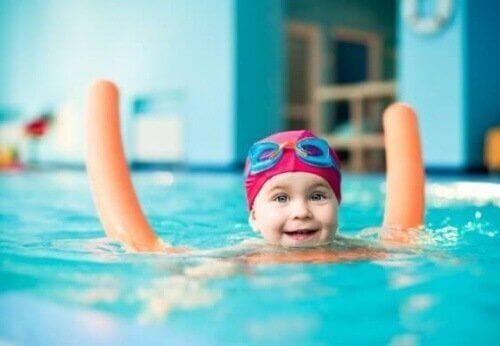 en glad baby i bassinet