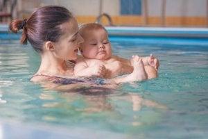 Babysvømning er sjovt og dejligt