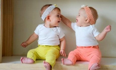 to babyer der kigger på hinanden