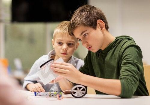 to drenge der bygger sammen