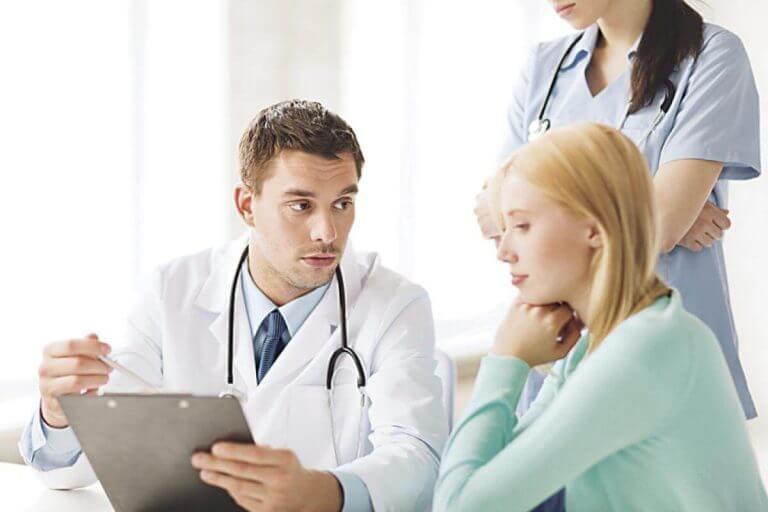 En kvinde konsulterer lægen