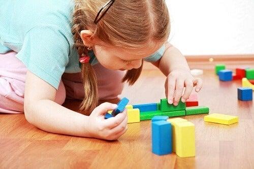 Hvorfor det er godt for børn at lære at lege alene