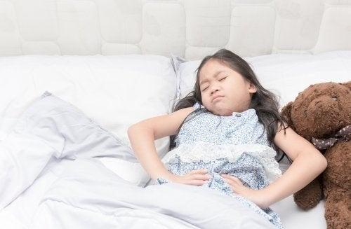 Pige med mavesmerter