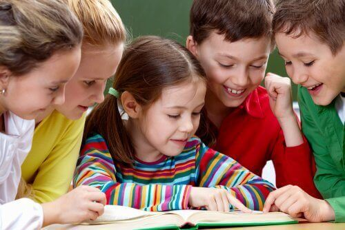 børn der læser en bog