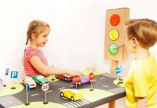børn der leger med biler