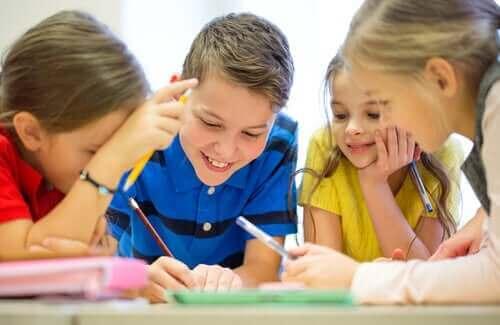 børn der tegner sammen