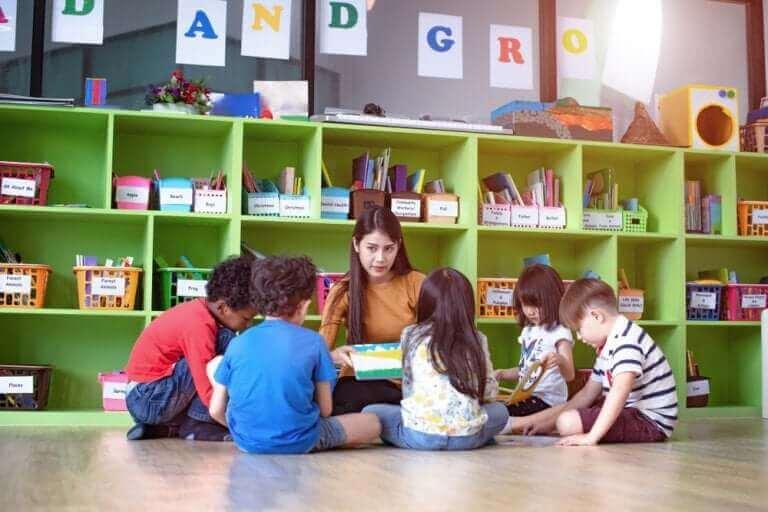 børn og lærer i en cirkel