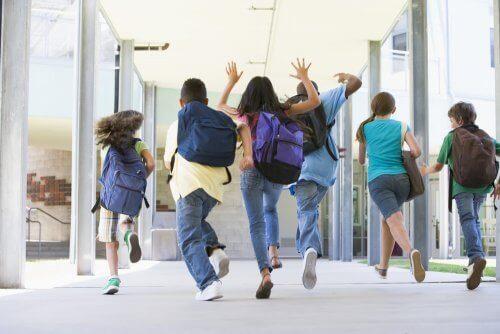 børn på vej i skole