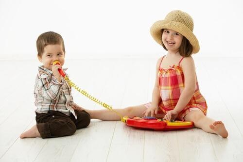 To børn synger sammen