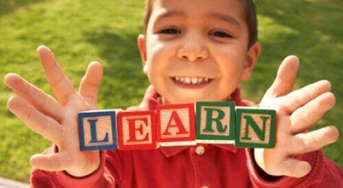 dreng der holder klodser med bogstaver