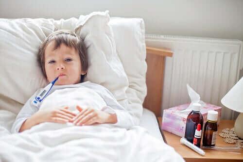 dreng med termometer i munden