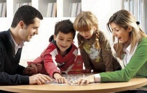 Familie bruger tid sammen