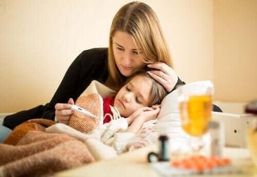 mor der måler feber på barn