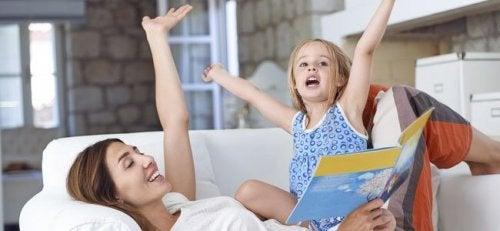 mor og datter der læser