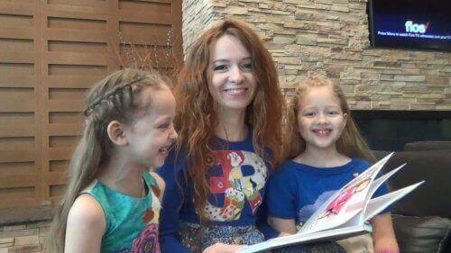 piger der læser med mor