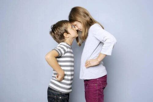 søskende der har næse mod næse