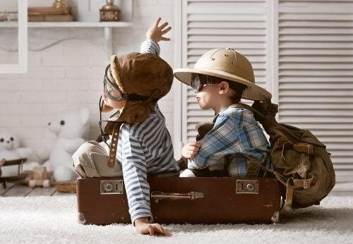 to rejseklare børn i en kuffert