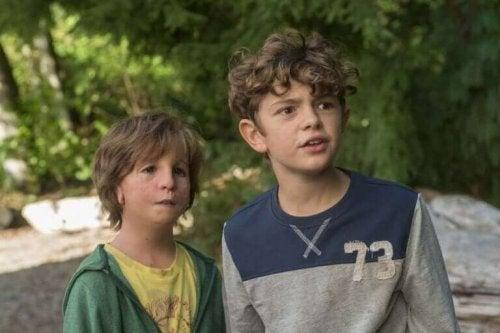to drenge der står sammen