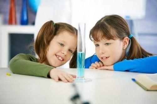 børn der eksperimenterer med vand