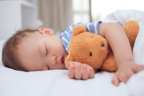 baby der sover med bamse