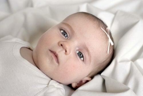 baby med lille sløjfe på hovedet
