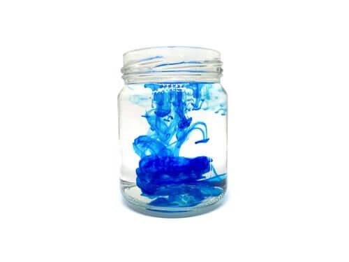 glas med farve i vand