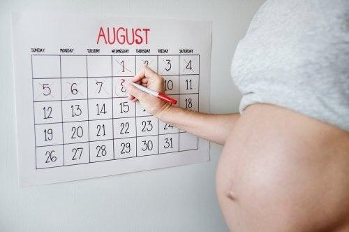 Gravid kvinde tæller ned til fødslen