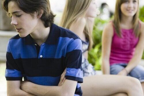 Dreng er isoleret fra venskabsgruppe
