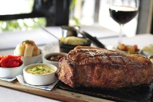 kød serveret på bræt