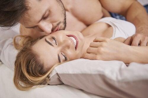 mand der kærtegner kvinde i seng
