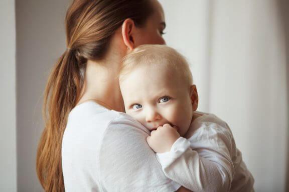 mor der holder sin baby