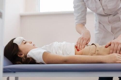 pige der får undersøgt sin mave