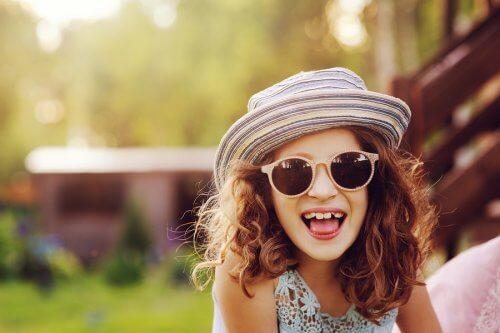 pige med hat og solbriller