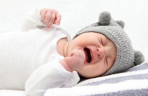 Babyen græder for at komme af med angst