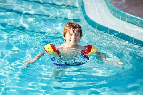 Dreng i svømmebassin med klor