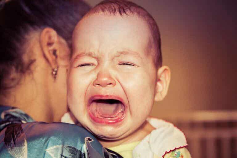 Hvorfor vågner min baby altid op grædende?