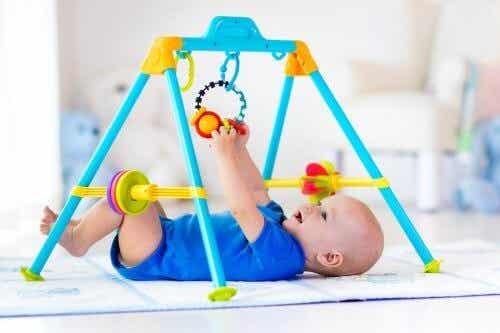 Aktivitetsstativer og parkaktiviteter for babyer