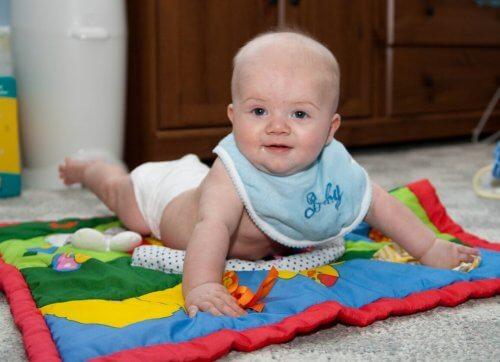 baby på tæppe