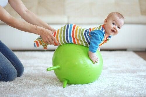 Aktivitetsstativer og legebolde er sundt for babyens udvikling