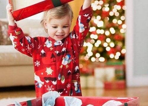 Spændt barn åbner julegaver