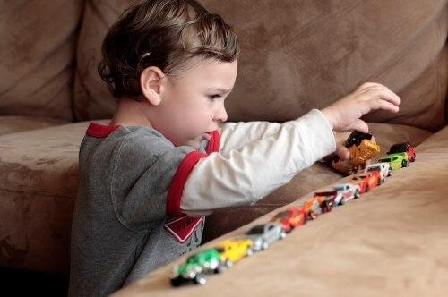 Barn leger med biler