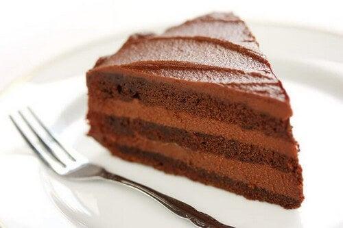 Chokoladekage er blandt de tre lækre kageopskrifter til børn