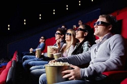 folk der spiser popcorn i biograf