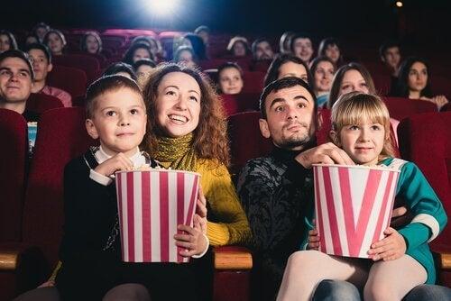 forældre med børn i biograf