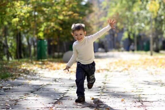 glad dreng udenfor