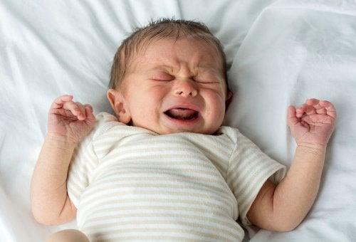 lille baby der græder